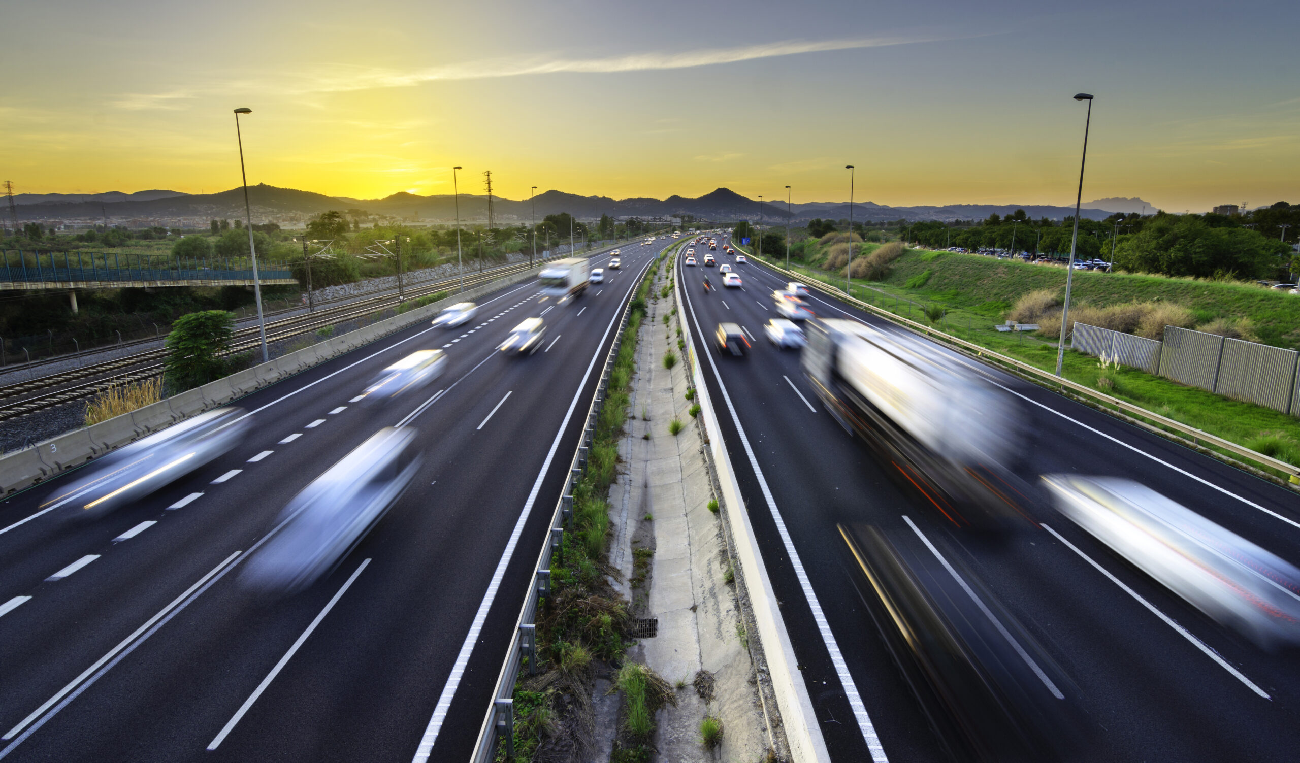 busy highway sunset vehicles coming going city stress scaled - Die Vorteile von GPS-Tracking-Systemen für unternehmerische Tätigkeiten